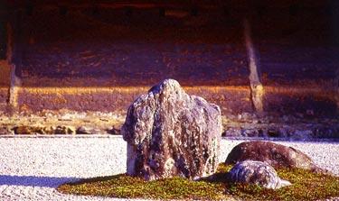 Ryoan-ji, Felsen 3er Gruppe im Nachmittagslicht