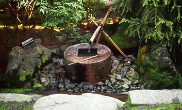 Ryoan-ji, Wasserbecken mit den Schriftzeichen: Lernen, um sich zu vervollkommnen.