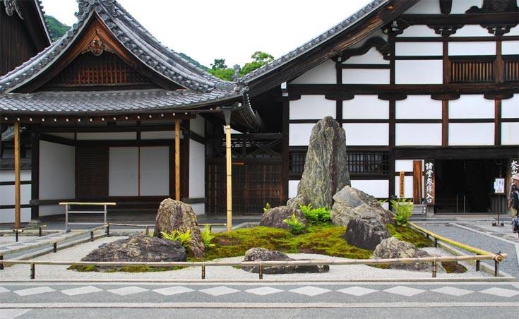 Garten am Haupteingang: Der Weltenberg Horai bzw. Buddha samt Schülern